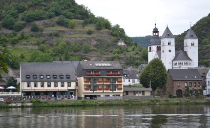 Hotel Brauer vanaf de overkant van de Moezel